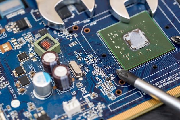 Schraubenschlüssel mit schraubendreher auf dem motherboard. nahaufnahme