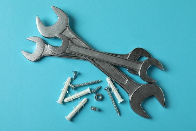 Schraubenschlüssel und dübel auf blau, draufsicht