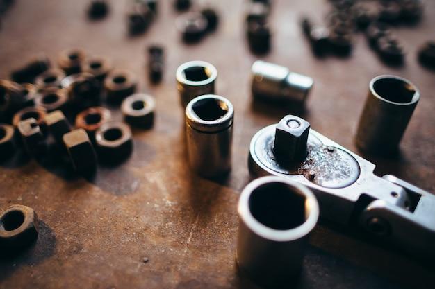 Schraubenschlüsselschlüssel und schraubenmuttern nahaufnahme auf rostiger metalloberfläche