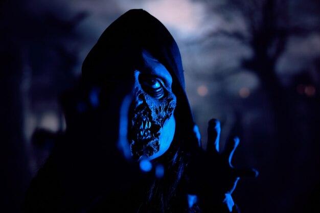 Schreckliche monster-erschreckungskamera in der nacht