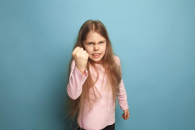 Schrei. wütend schreiendes jugendlich mädchen auf blau. gesichtsausdrücke und menschen emotionen konzept