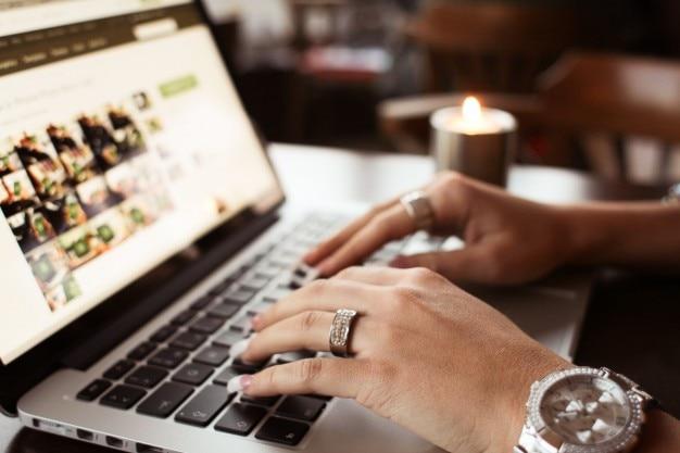 Schreiben auf dem macbook pro close-up