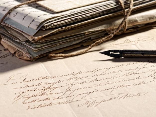 Schreiben eines briefes mit einem retro-füllfederhalter