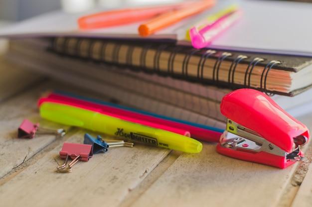 Schreiben von gegenständen und notizbüchern