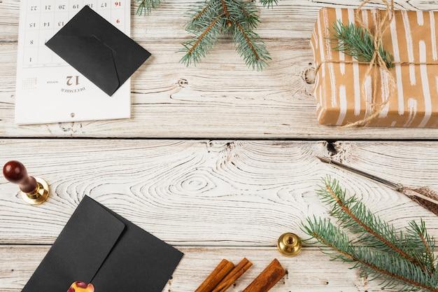 Schreibens-weihnachtsbeitrag auf hölzernem verziertem hintergrund des feiertags