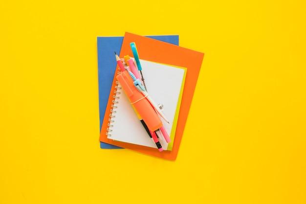 Schreibgeräte in der mitte gelegt