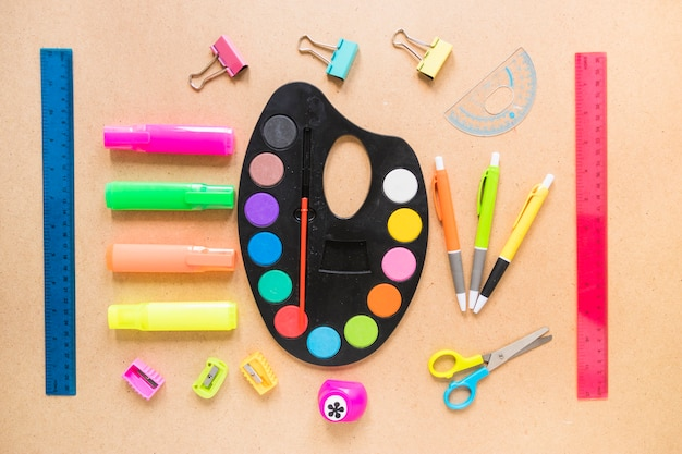 Schreibgeräte und palette in der reihenfolge gelegt