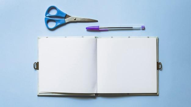 Schreibset mit schere und notizbuch