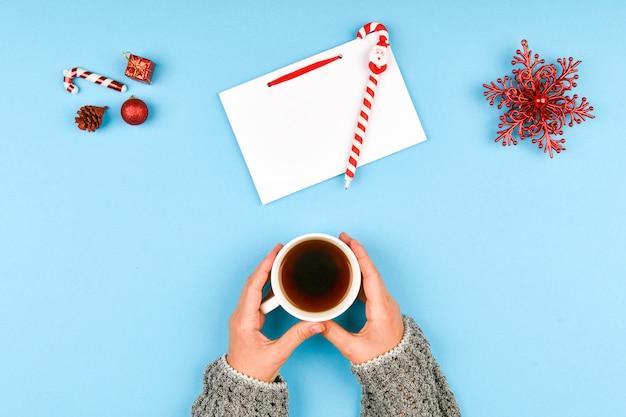 Schreibt wünsche mit einer kaffeetasse.