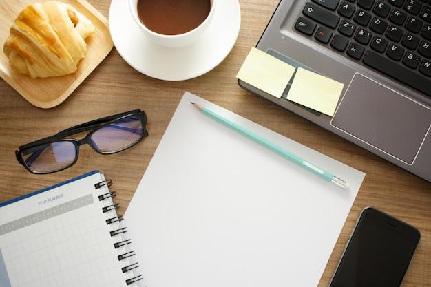 Schreibtisch, arbeitend an einem holztisch
