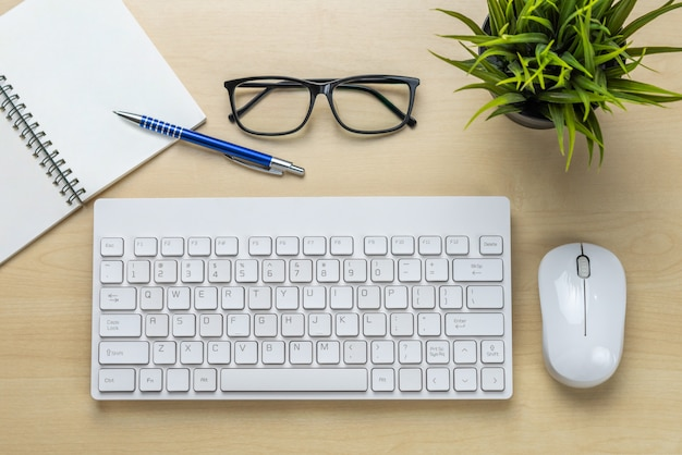 Schreibtisch arbeitsbereich und tisch.