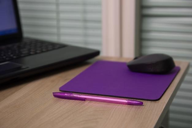 Schreibtisch aus holz mit kabelloser laptop-computer-maus und stift