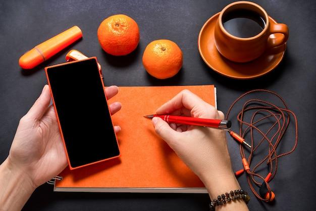 Schreibtisch, briefpapier auf schwarzem hintergrund