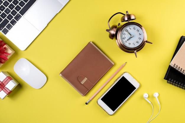 Schreibtisch, computertisch mit ausrüstung draufsicht mit kopienbildbereich, geschäftskonzept