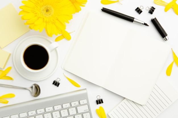 Schreibtisch der berufstätigen frau der draufsicht