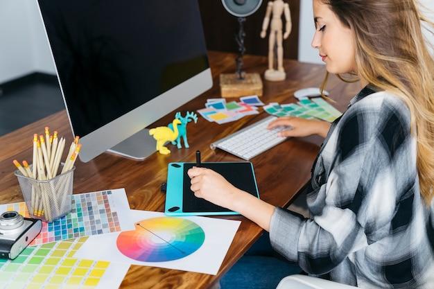 Schreibtisch des grafikdesigners
