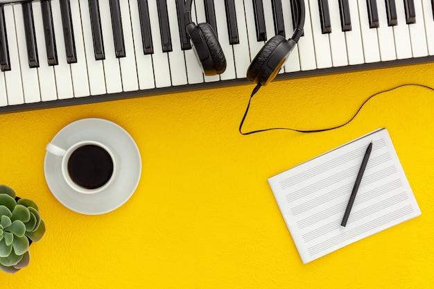 Schreibtisch des musikers für songwriter-arbeit mit kopfhörern und synthesizer