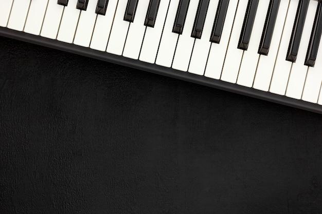 Schreibtisch des musikers mit synthesizer