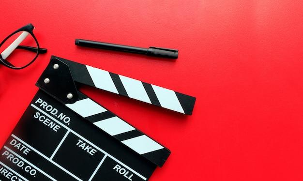 Schreibtisch des regisseurs. draufsicht erschossen