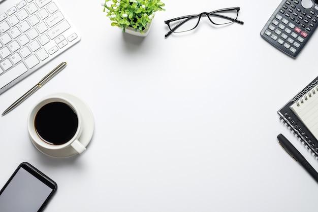 Schreibtisch draufsicht mit arbeitsausrüstung geschäftsmann arbeitskonzept. platz kopieren.