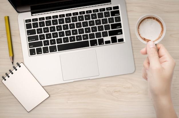 Schreibtisch-draufsicht mit computer-notebook