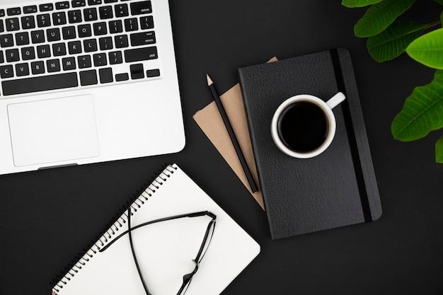 Schreibtisch dunkles konzept mit kopierraum