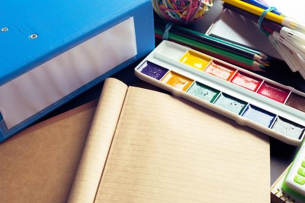 Schreibtisch eines künstlers mit vielen briefpapiergegenständen