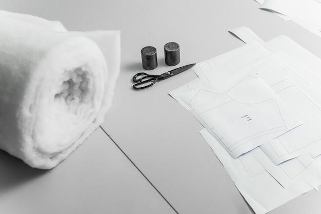 Schreibtisch eines modedesigners in einem atelier oder einer textilfabrik.