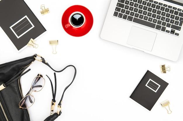 Schreibtisch flach liegen. notizbuch, kaffee und feminine accessoires auf weißem hintergrund