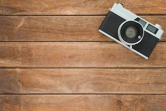 Schreibtisch holztisch mit alten kamera. draufsicht mit textfreiraum