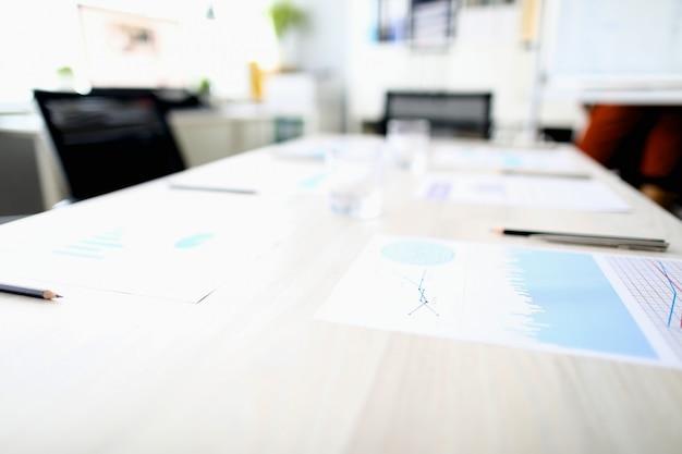 Schreibtisch im büro mit besprechungsunterlagen