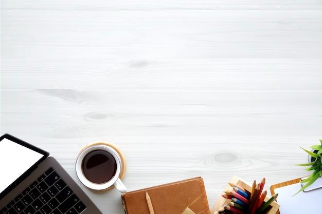 Schreibtisch-laptop-computer des büros hölzerne, bürozubehör