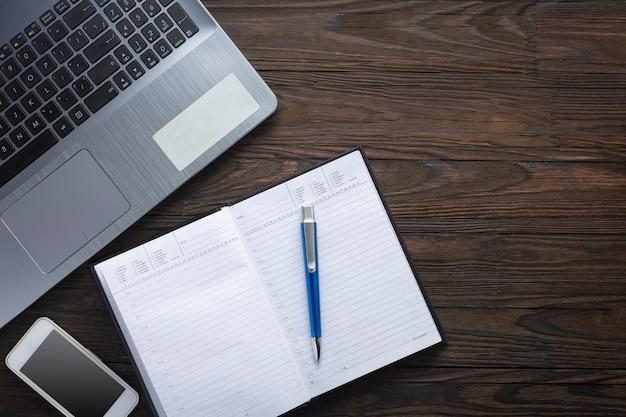 Schreibtisch, marmoroberfläche, notizblock aus papier, notizbuch mit bleistift, leeres notizbuch, sukkulente