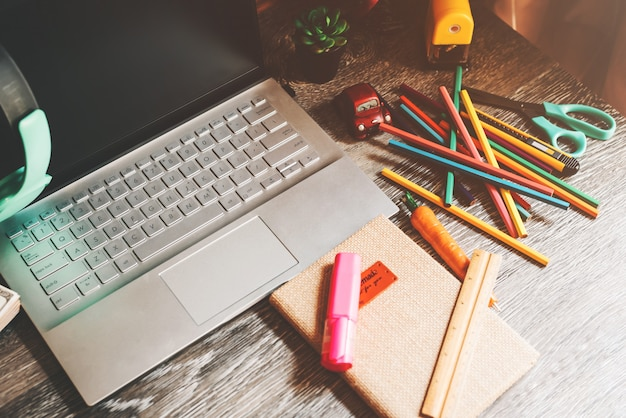 Schreibtisch mit büromaterial, schreibwaren und laptop-geräten auf dem schreibtisch - work from home-konzept