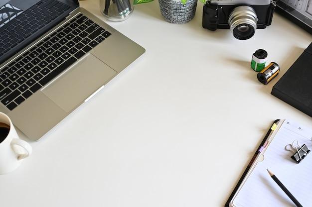 Schreibtisch mit einem kreativen gerät und einem gerät auf weißer tabelle.