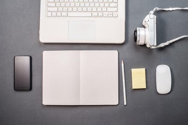 Schreibtisch mit einem laptop und kamera