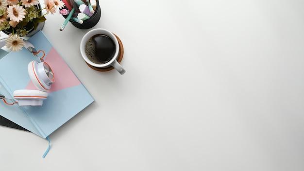 Schreibtisch mit einer tasse kaffee und einem notizblock