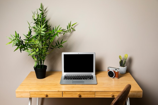 Schreibtisch mit grauem laptop und stuhl