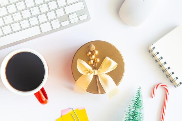 Schreibtisch mit kaffee, zubehör und geschenk