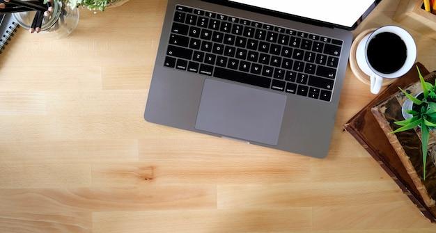Schreibtisch mit laptop, büchern und geschäftsstelle
