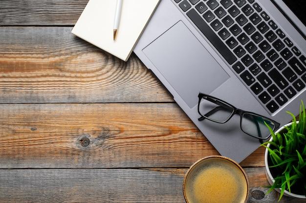 Schreibtisch mit laptop.