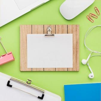 Schreibtisch mit notizmodell