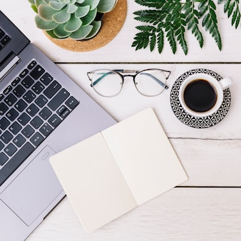 Schreibtisch mit objekten