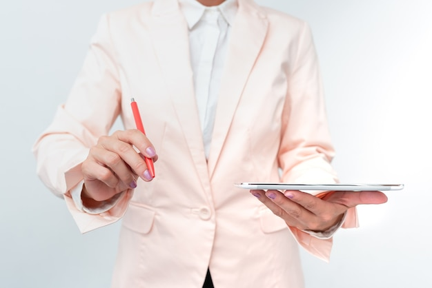 Schreibtisch mit smartphone leder brieftasche brillen notizblock. modernes technologisches handy