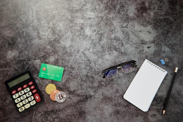 Schreibtisch-tabellen-on-line-geschäftsfinanzhintergrund