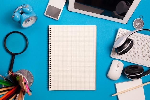 Schreibtisch tisch des geschäftsarbeitsplatzes und der geschäftsobjekte.