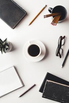 Schreibtisch tisch mit zubehör, kaffeetasse und blume
