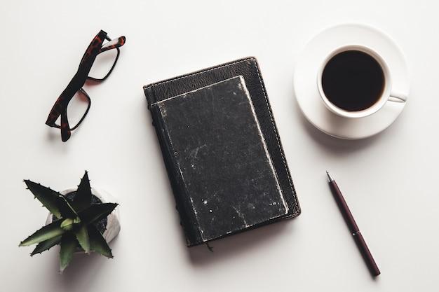 Schreibtisch tisch mit zubehör, kaffeetasse und flowe