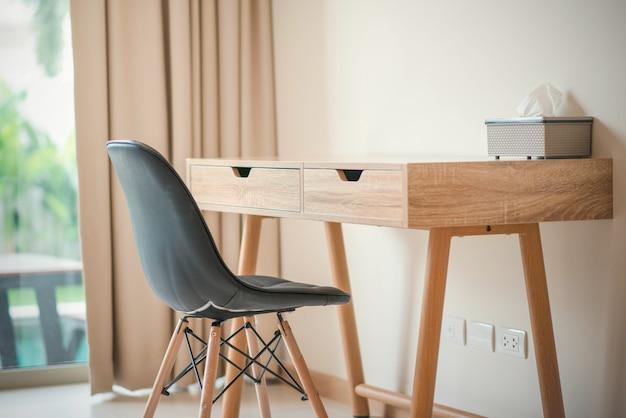 Schreibtisch und stuhl im wohnzimmer