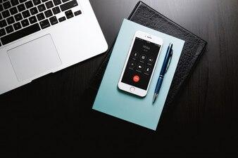Schreibtisch Von Geschäftsmann Mit Laptop, Telefon, Tagebuch und Notizblock